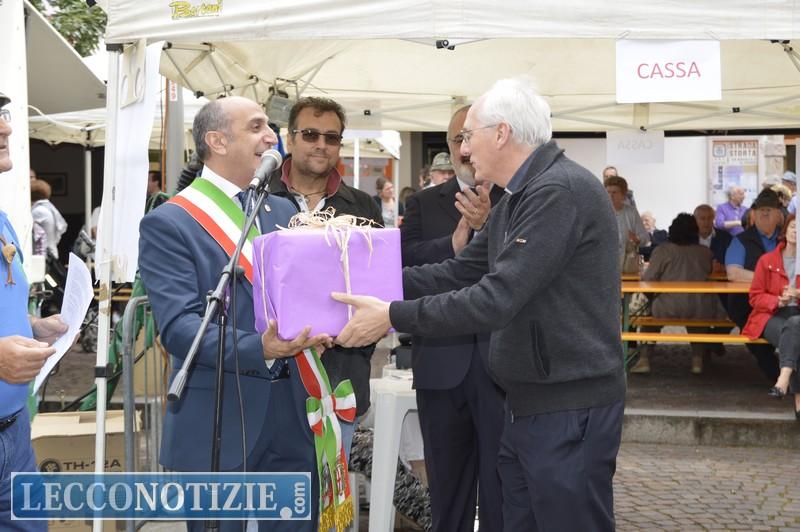 Salvatore Rizzolino consegna il defibrillatore a Don Luca