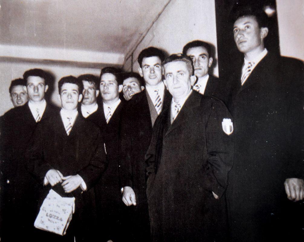 """I """"magnifici dieci"""" della Canottieri Moto Guzzi fotografati da Nino Lozza nel 1956 il giorno della partenza da Mandello per l'Australia."""