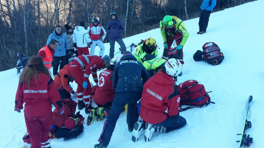 Nell'immagine il momento dei soccorsi prestati al 15enne sulla pista da sci