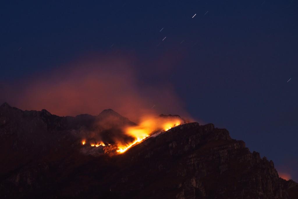 Le fiamme vive sul Due Mani mentre il sole è già calato. Foto: Volontè