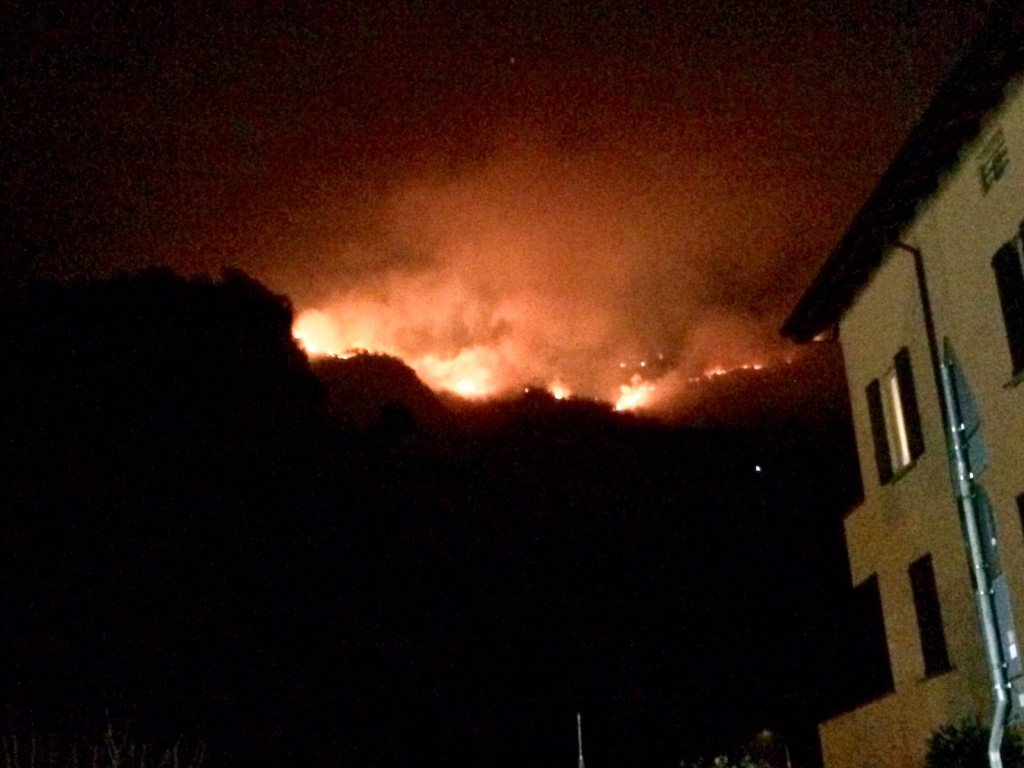 Le fiamme viste da Ballabio in una foto scattata venerdì sera