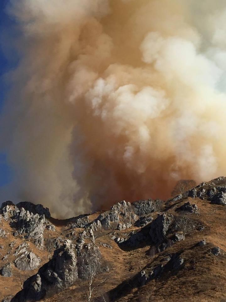 L'incendio sta sconfinando verso il versante di Ballabio. (Foto: Lorenzo P.)