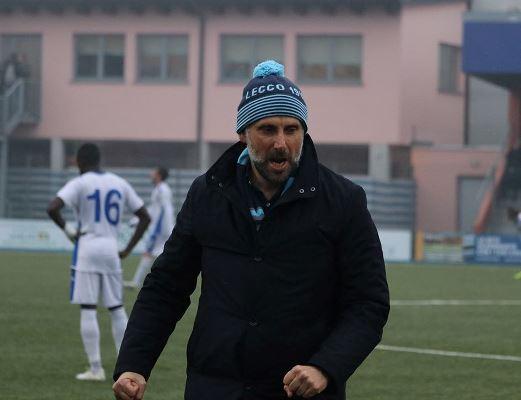 La grinta dell'allenatore bluceleste Marco Gaburro (credit foto Calcio Lecco 1912)