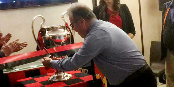 Il sindaco Virginio Brivio con la Coppa dei Campioni