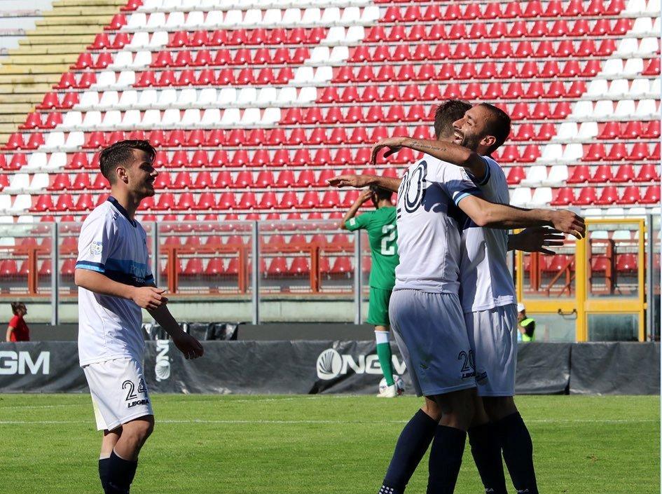 L'abbraccio tra Capogna e D'Anna dopo il vantaggio lecchese (credit foto Calcio Lecco 1912)