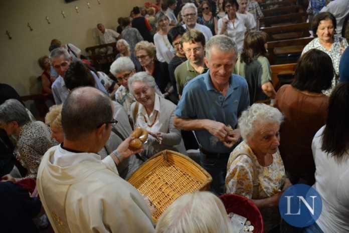 La tradizionale distribuzione dei michini (foto d'archivio)