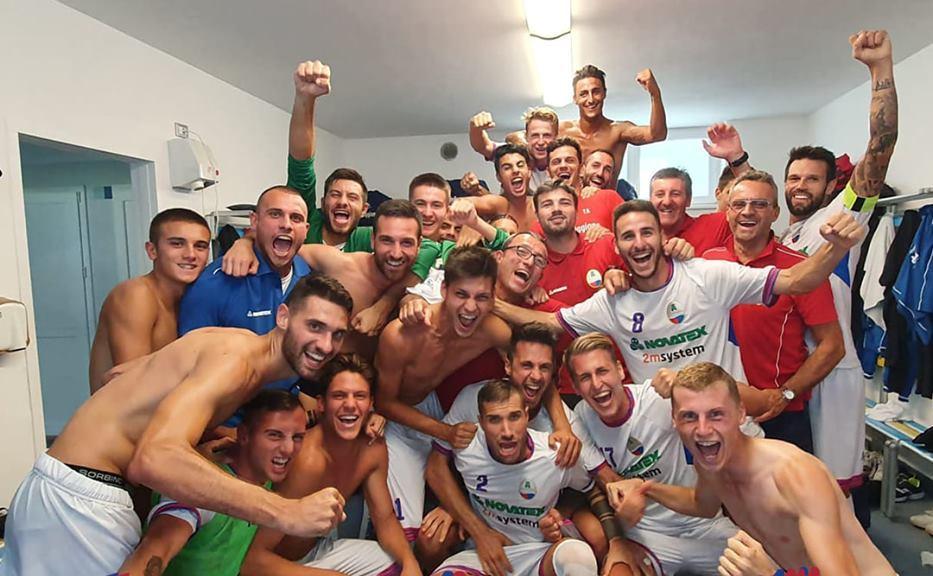 La festa a fine partita nello spogliatoio (foto tratta dalla pagina fb del NibionnOggiono)