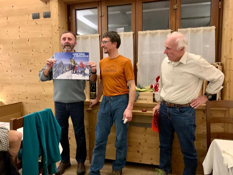 L'ex capo stazione di Lecco del Soccorso Alpino Giuseppe Rocchi consegna la pergamena di socio emerito a Ernesto Panzeri