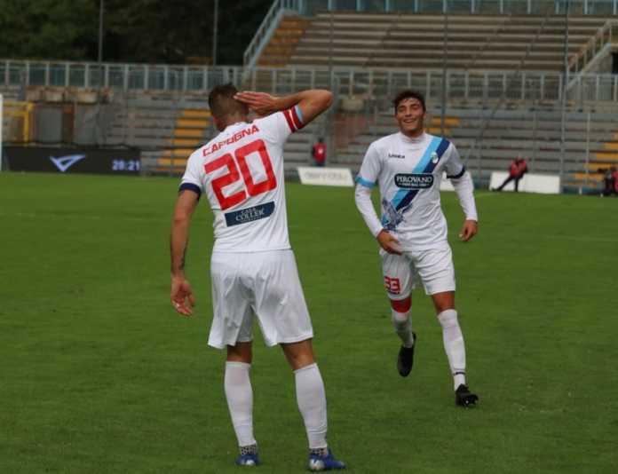 Capogna e Capoferri esultano dopo il raddoppio (credit foto Calcio Lecco 1912)