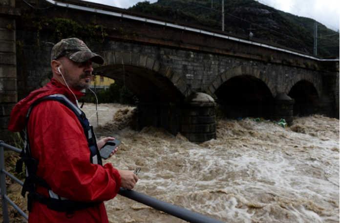 Il sindaco Cassinelli guarda il Varrone (foto d'archivio alluvione 2019)