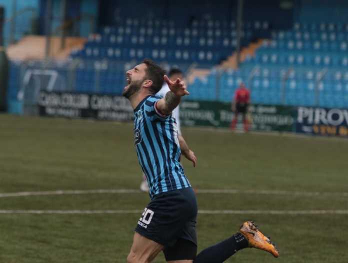 L'esultanza di Capogna dopo il gol del vantaggio (credit foto Calcio Lecco 1912)