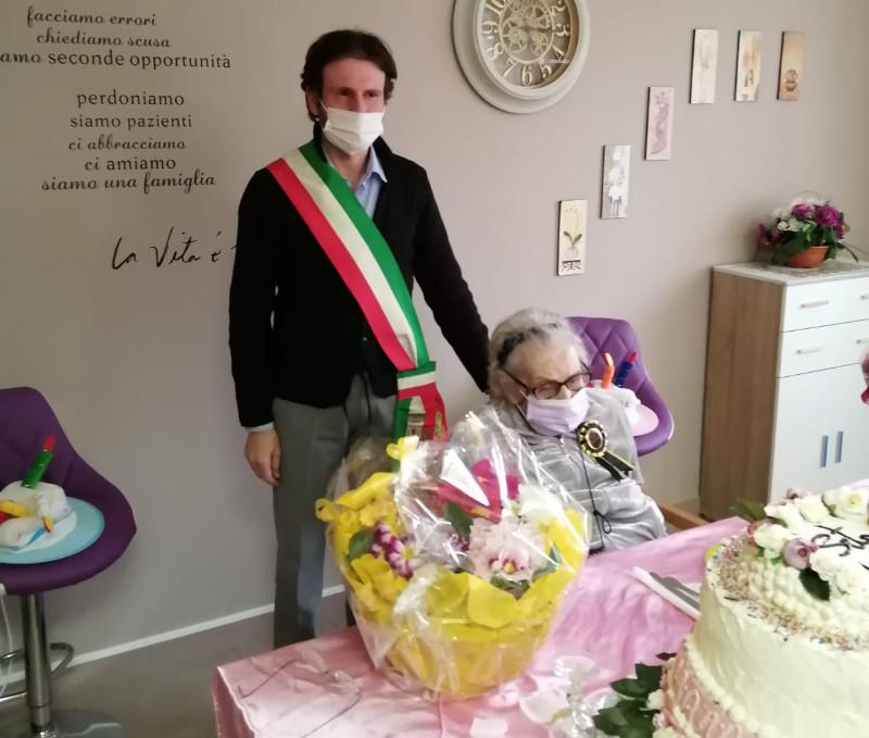 Varenna Seta Achijan 100 anni ex Proprietaria Hotel Royal Victoria con il sindaco Mauro Manzoni con il sindaco Mauro Manzoni
