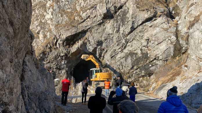 Frana strada Ballabio Morterone Disgaggio Escavatore