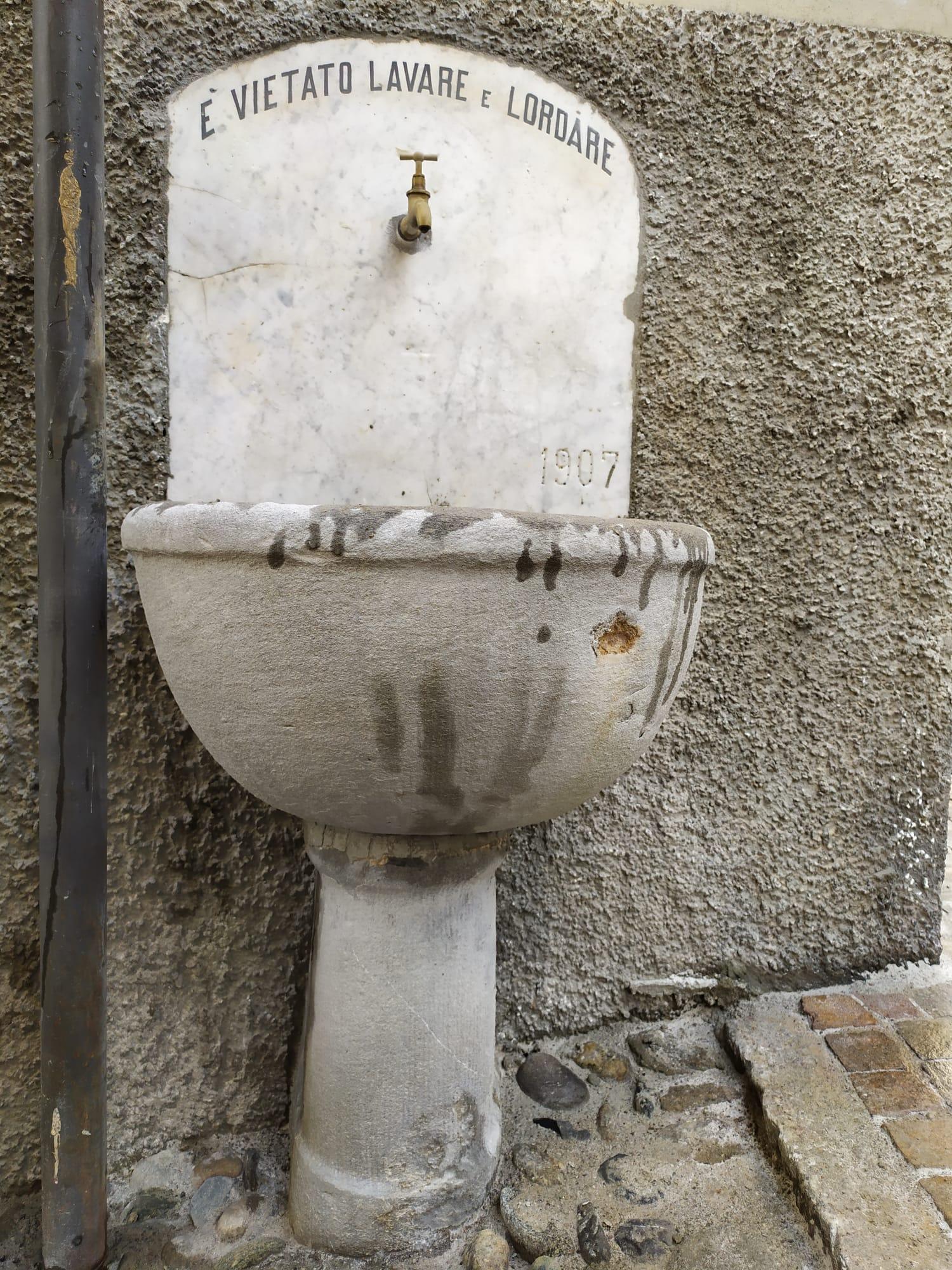 varenna fontana in Contrada del Duca