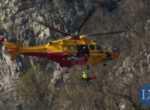 Incidente al San Martino, la barella viene caricata sull'elicottero
