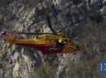 La barella con la donna ferita viene caricata all'interno dell'elicottero