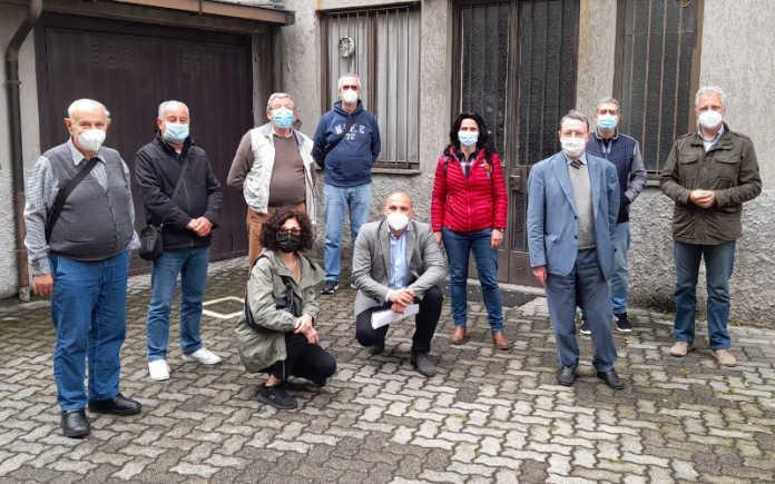 Gian Mario Fragomeli con i consiglieri di Cittadini Uniti e Cambia Calolzio