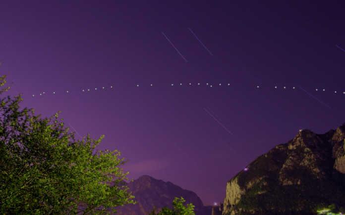 I satelliti di Starlink sopra il cielo di Lecco nella fotografia di Matteo Ratti
