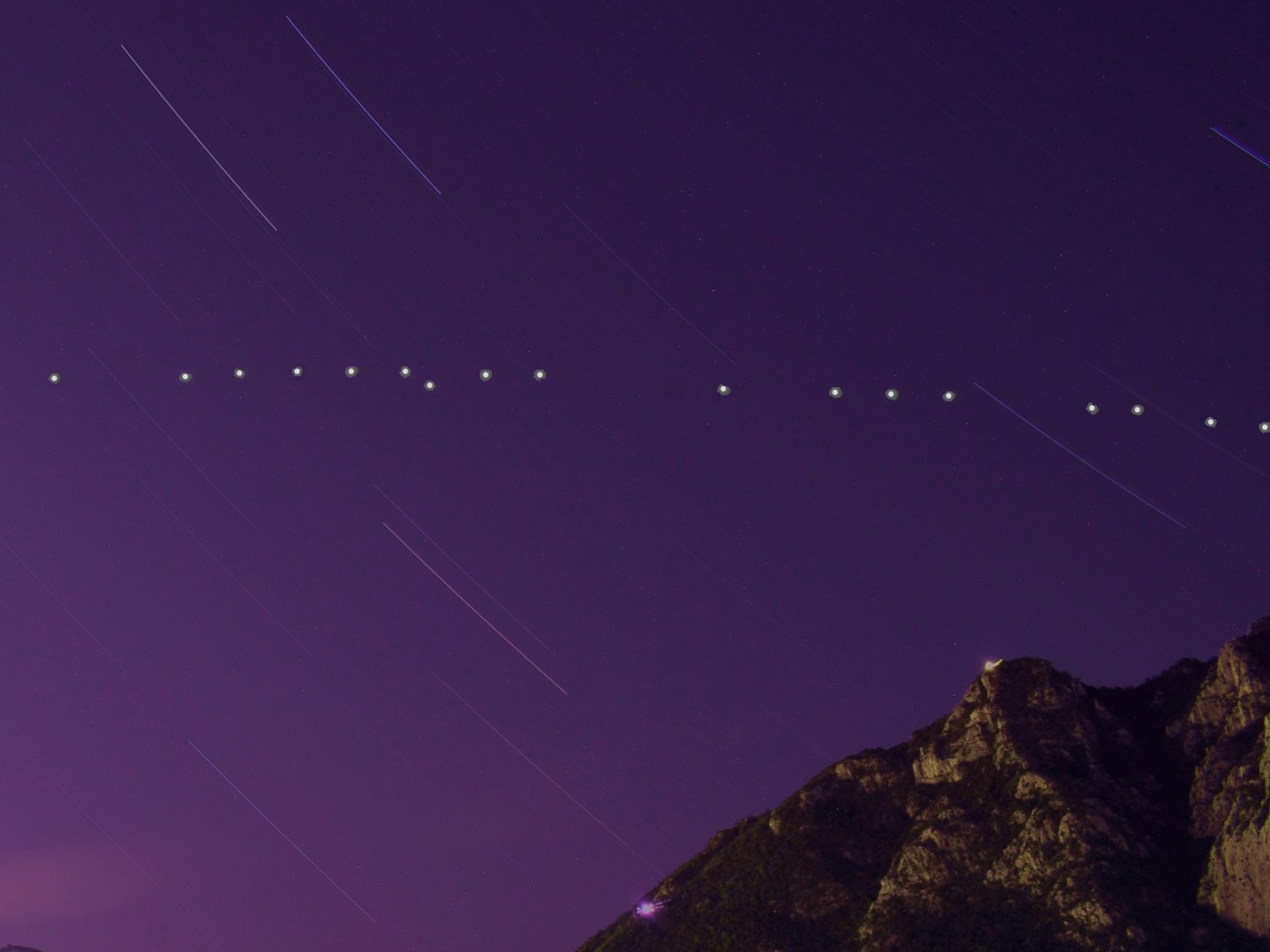Un particolare dei satelliti sopra il monte San Martino
