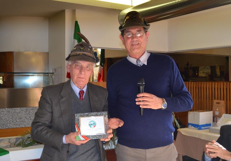 Giancarlo Papini con il capogruppo Marchetti nel 2016 durante la consegna della targa della solidarietà alpina