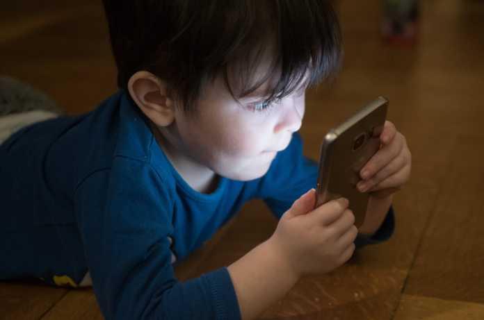 bambini bimbi smartphone tecnologia pixabay