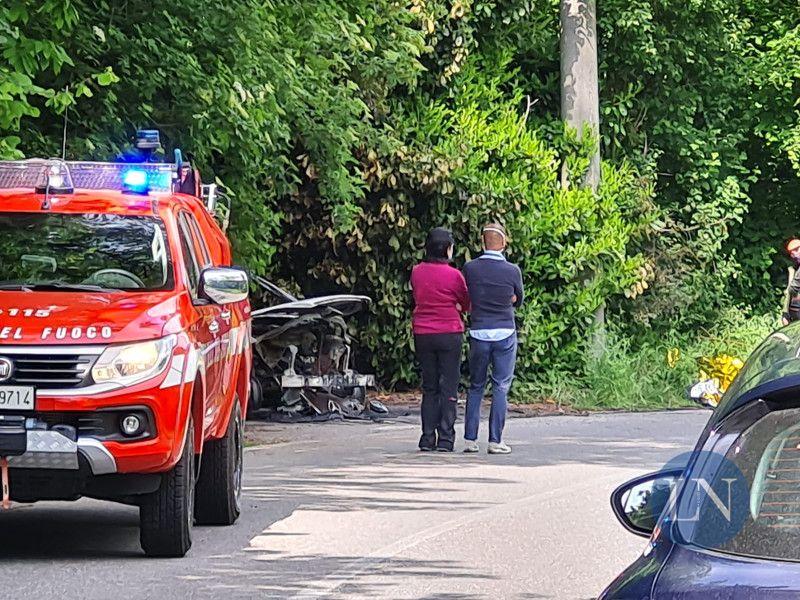 Il sindaco Colombo e la vice davanti all'auto incendiata