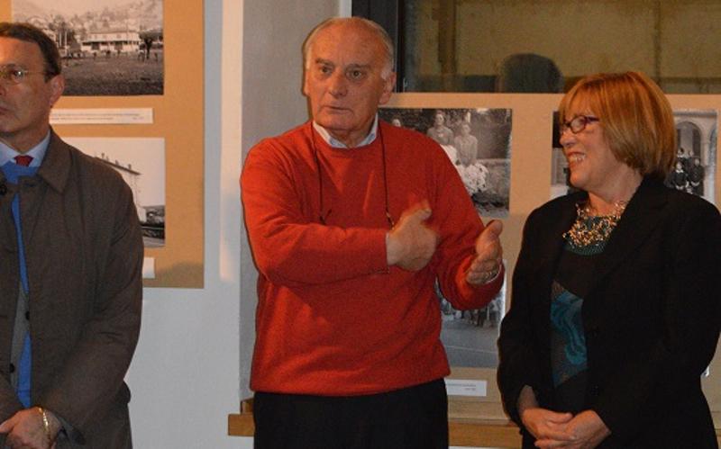Col maglione rosso Giancarlo Papini, con l'ex presidente della Pro Loco Tiziana Esposito, durante la presentazione di una delle sue mostre