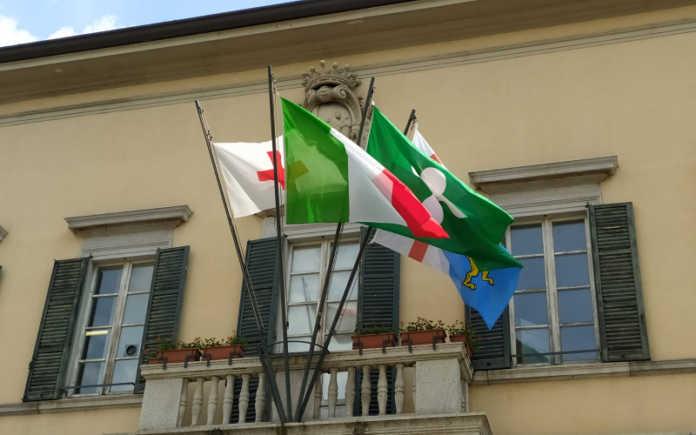 palazzo comunale municipio bandiera cri