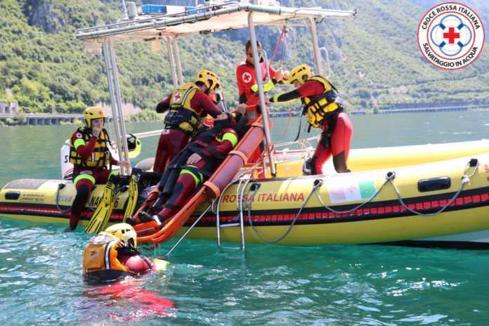 Croce Rossa squadra salvataggio in acqua