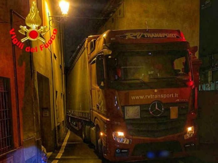 Camion incastrato galbiate vigili del fuoco