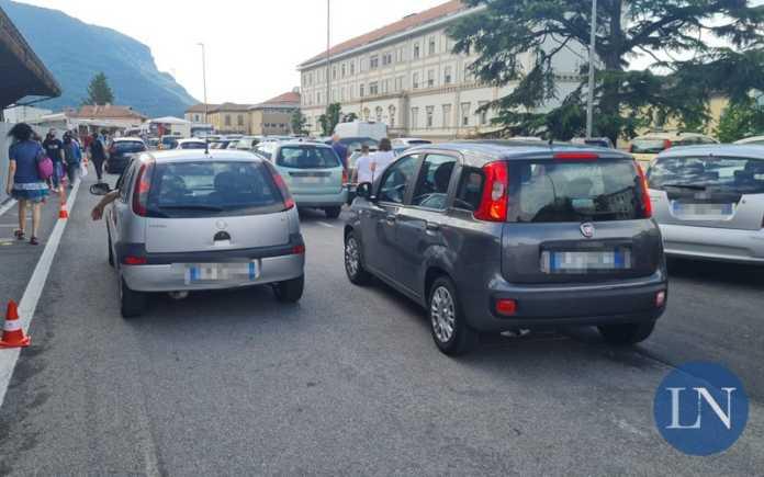 mercato parcheggi piccola caos