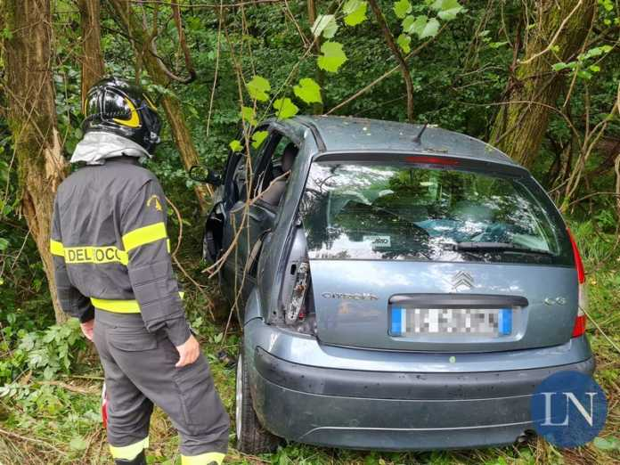 L'auto finita nel bosco a Garbagnate Monastero