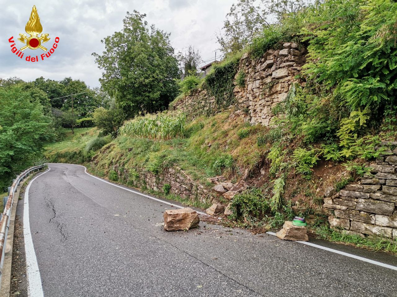 Le pietre cadute sulla strada nel comune di Torre de' Busi