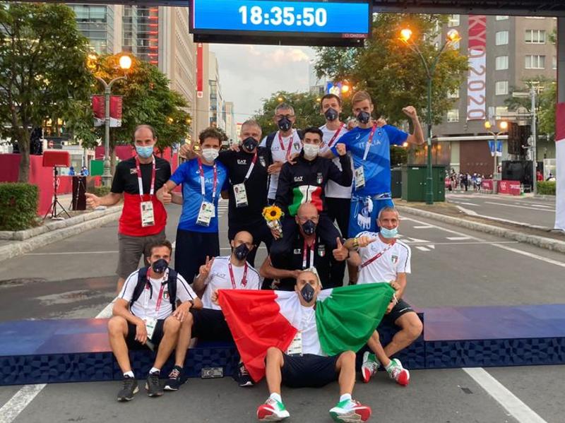 Stefano Righetti (in piedi secondo da destra) con il gruppo della marcia ai Giochi Olimpici di Tokio