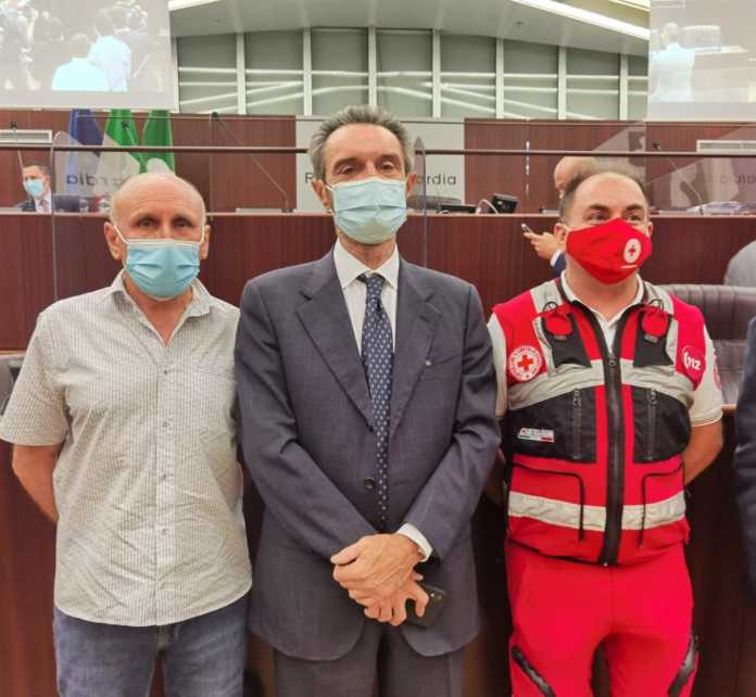 Giovanni Lodato e Mauro Mascetti con il presidente Fontana durante la premiazione in Regione