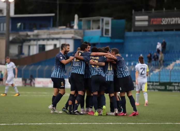L'abbraccio dei giocatori blucelesti dopo il gol di Iocolano (credit foto Calcio Lecco 1912)