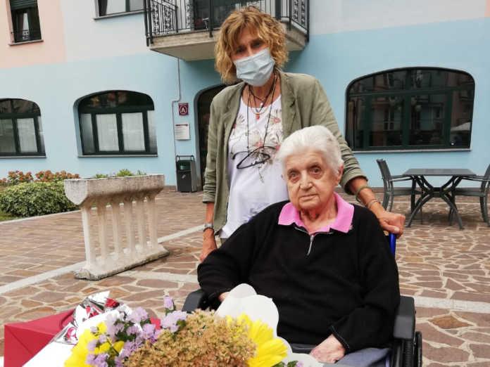 La signora Cornelia Torri festaggia 102 anni con l'assessore Tina Balossi