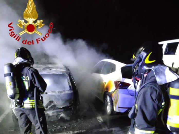 Le auto in fiamme a Monte Marenzo in frazione Levata